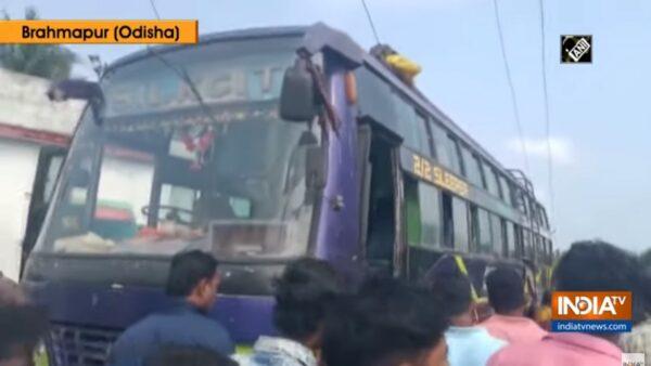 碰觸路邊電纜線 印度巴士起火燃燒釀10死