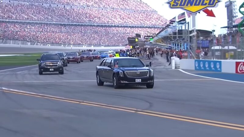 美国总统史上第一人 川普座车率领赛车获万人喝采