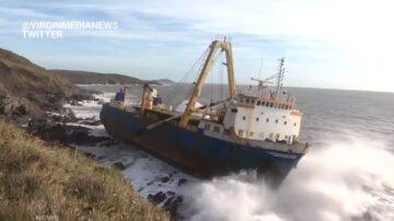 驚滔駭浪中結束17個月漂流 幽靈船抵愛爾蘭南岸