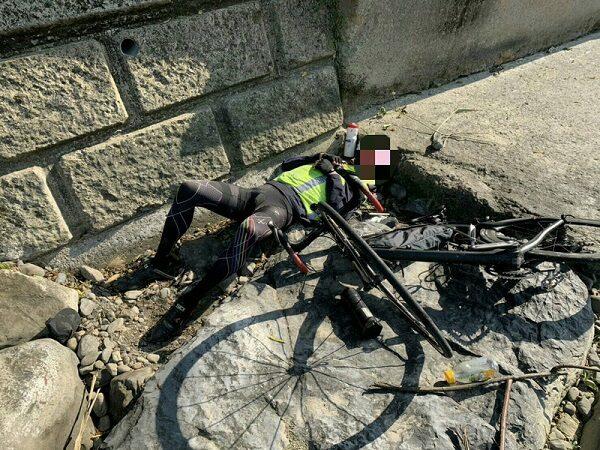 單車騎士翻落橋墩 自行車和手機懸掛樹上 熬一夜獲救