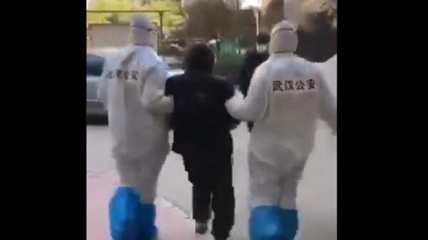 武汉老人家门口晒太阳 被公安押走(视频)