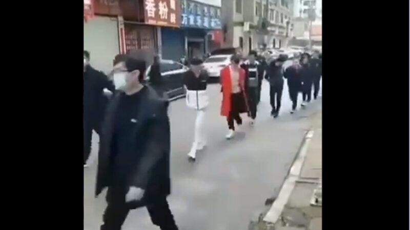 视频直击:不戴口罩者被捆绑 集体游街示众