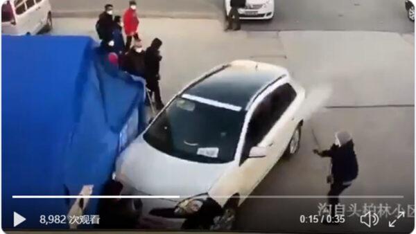 暴力防疫惹民愤 北京男猛踩油门撞警察(视频)