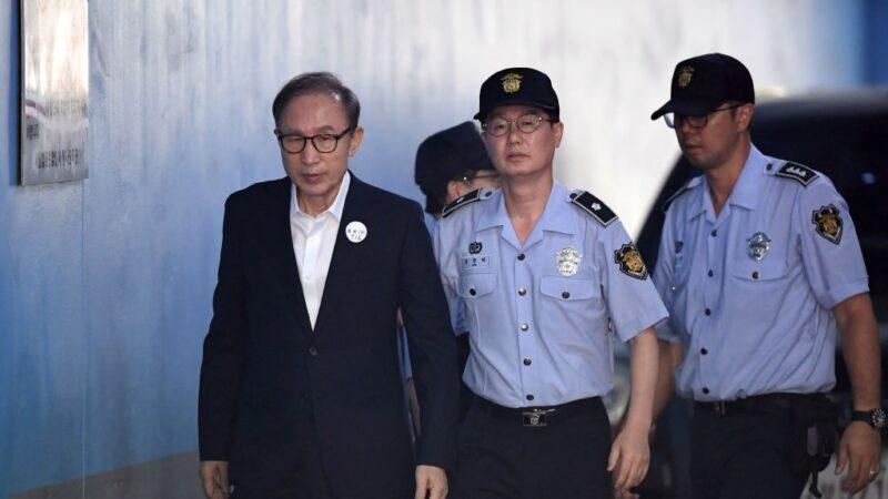 涉贪污受贿 李明博判17年取消保释当庭收押