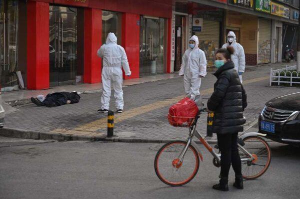 「死去的老人躺在武漢人行道上」攝影作品獲獎