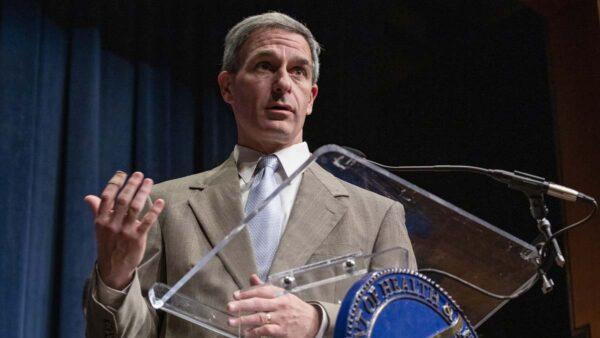 美国土安全部副部长:不排除新冠病毒是人造
