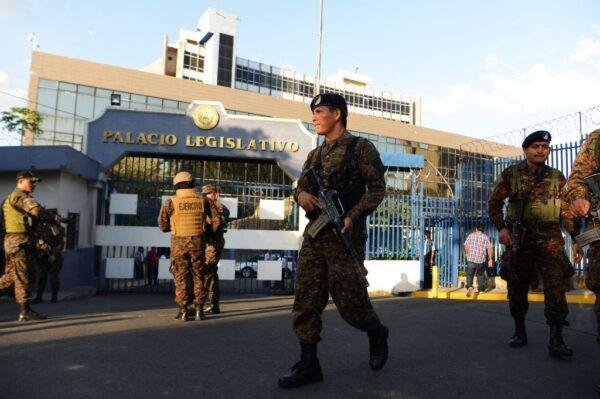 罕見場面  薩爾瓦多總統帶武裝部隊進國會