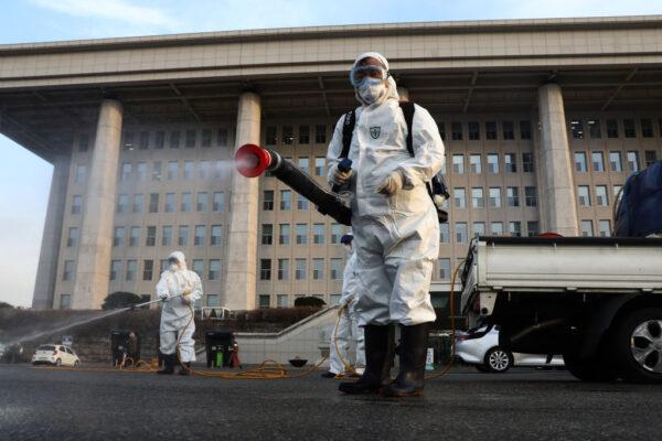 韓武漢肺炎累計977例10死 口罩成標配 國會急消毒