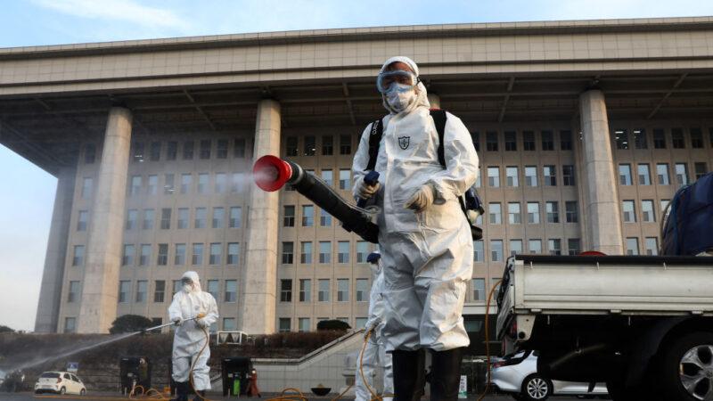 韩武汉肺炎累计977例10死 口罩成标配 国会急消毒