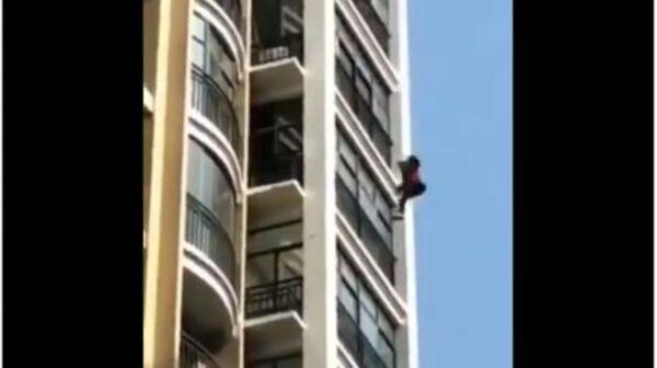 网传武汉女爬窗逃命 不幸摔下高楼(视频)