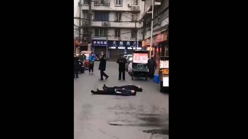 四川街頭驚現兩人同時倒地 警方移花接木「闢謠」