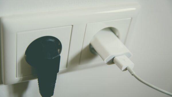 充电器长期不拔 后果很严重