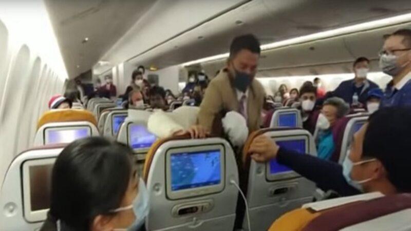 武汉肺炎当武器?大陆女向空姐狂咳遭锁喉(视频)