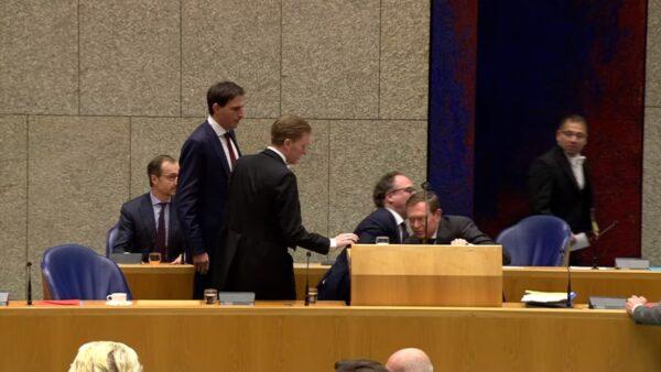 抗中共肺炎危機 荷蘭衛生部長累倒主席台