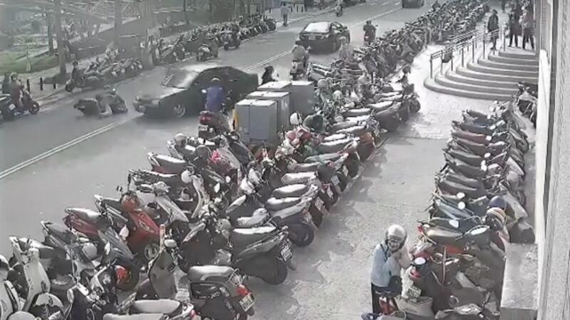 新竹市老翁菜市场倒车暴冲 酿一死2伤20多台机车倒地(视频)
