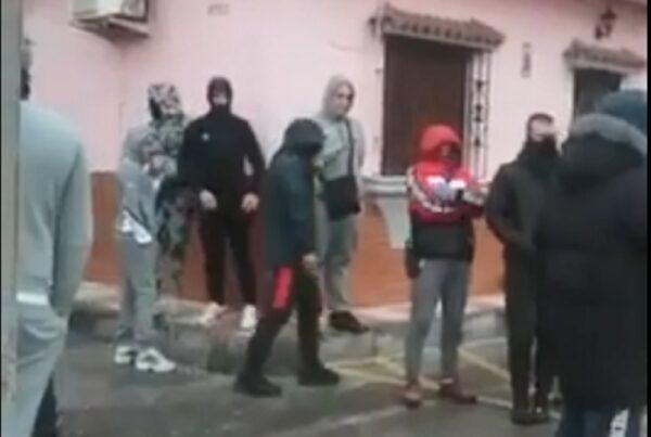 中共肺炎引恐慌 西班牙鎮民向載送病患車隊擲石頭