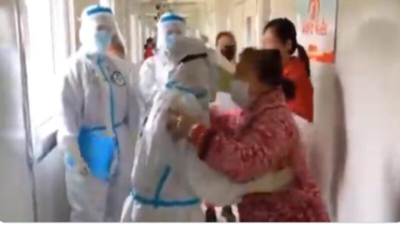 黨媒抗疫造假視頻曝光:「預備!哭!」(視頻)