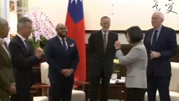 蔡英文对外宾双手抱拳 网友:小英引领世界潮流