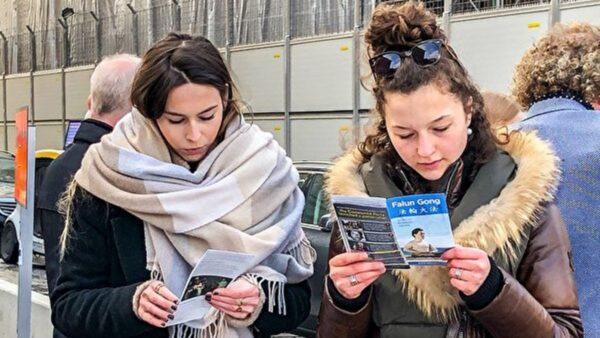 瑞典首都钱币广场 人们谴责中共迫害罪行