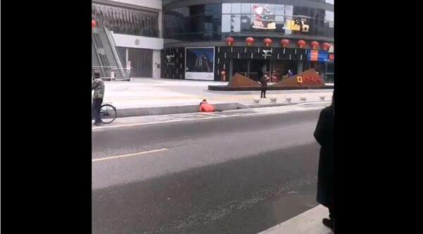 湖北蘄春剛解封 就有人倒在路邊(視頻)