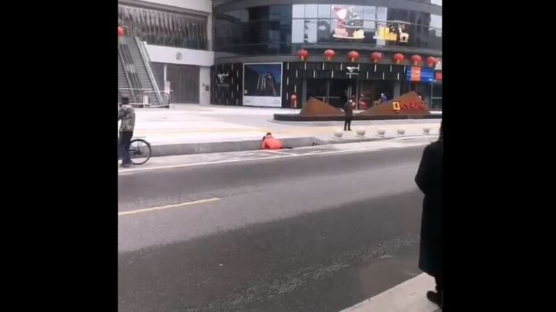 湖北蕲春刚解封 就有人倒在路边(视频)