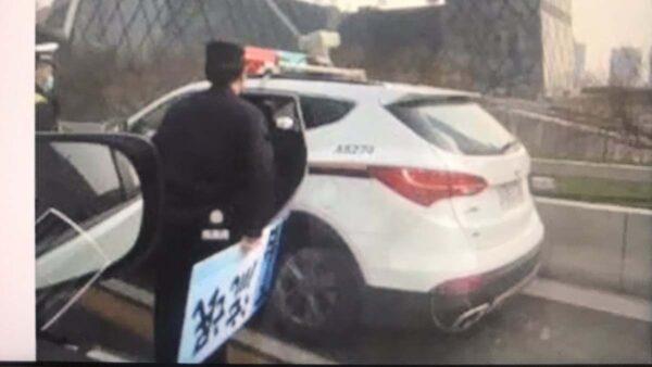 """对号入座?北京私车挂""""流氓下台""""字牌 公安急了"""