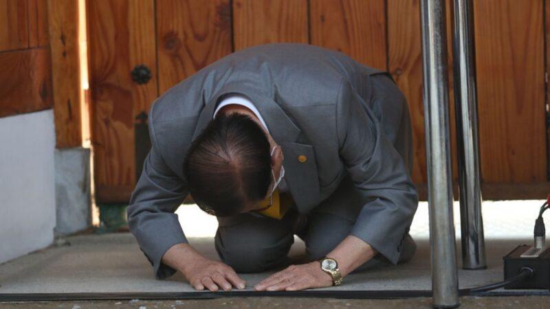 韩国新天地教主被控谋杀罪 下跪向国民道歉