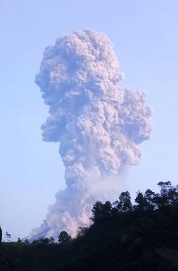 印尼梅拉比火山喷发 社区蒙火山灰 梭罗机场暂关闭