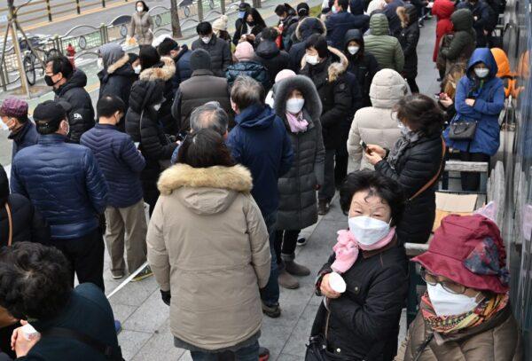 病例暴增 韩国庆山设特别管理区 民众通宵排队买口罩