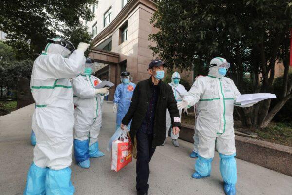 武汉作秀关闭方舱医院 又紧急通知出院人员检查抗体