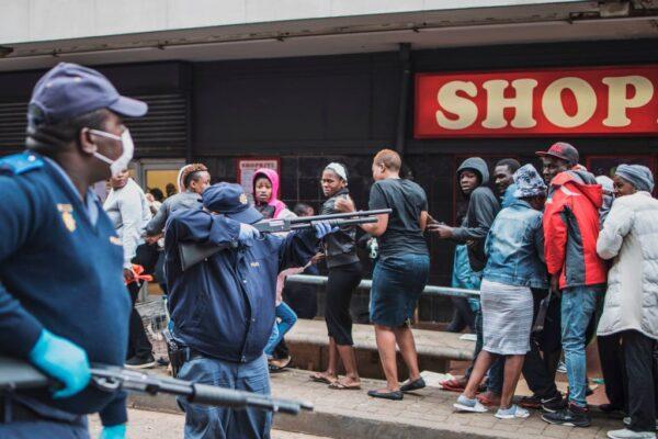 禁足令第二天 南非警发射橡胶子弹要民众保持距离