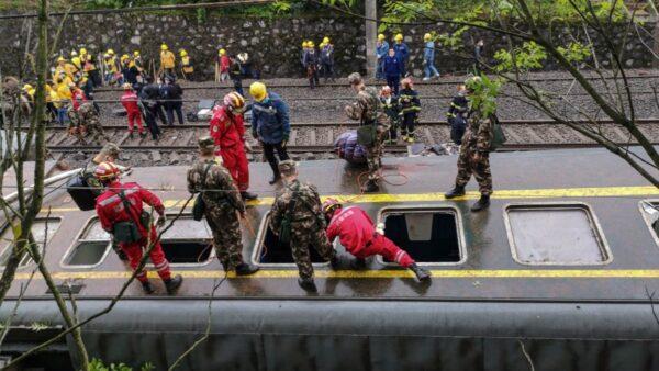 湖南列车脱轨 多节车厢翻覆 车头起火(视频)