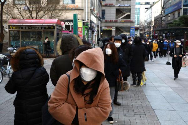 武漢肺炎 韓新增600例累計4812例 民眾頂低溫購口罩