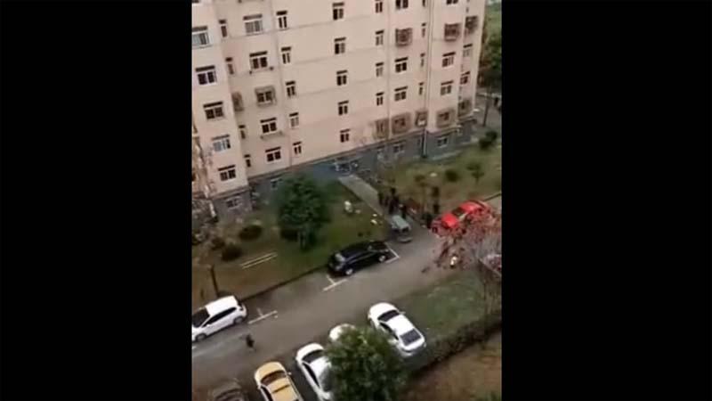 武汉两孤寡老人携手跳楼 传因封户断粮(视频)