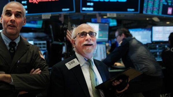 川普希望早日重开企业 美股罕见暴涨触发熔断