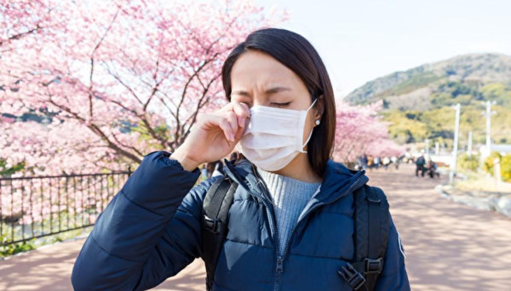 Các triệu chứng dị ứng như chảy nước mũi, nghẹt mũi và ngứa mắt rất giống với bệnh viêm phổi