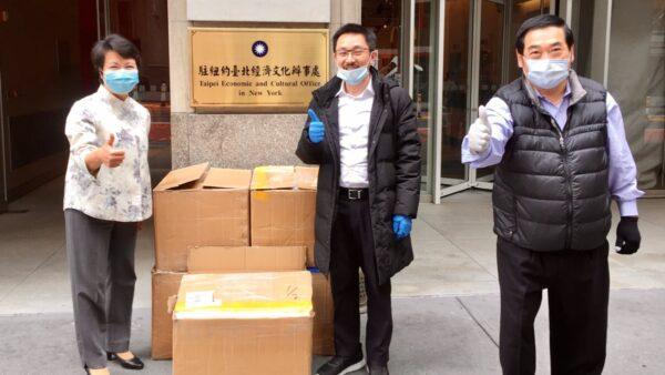 台湾侨团热心捐赠口罩给台湾留学生