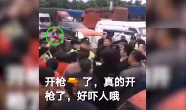 成都警察對空鳴槍 商戶維權場面失控 (視頻)