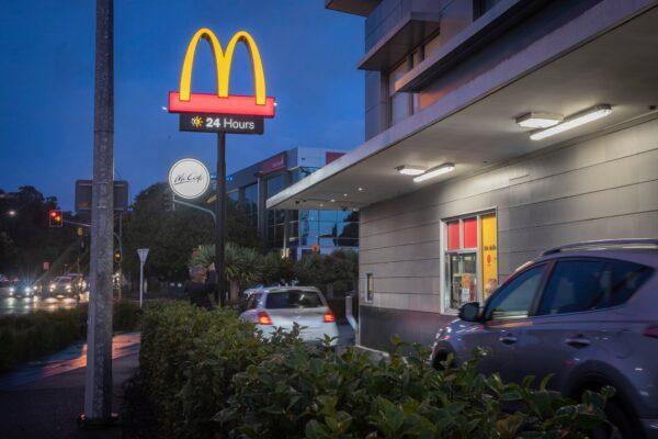 新西蘭逐步解封 速食店湧排隊車潮