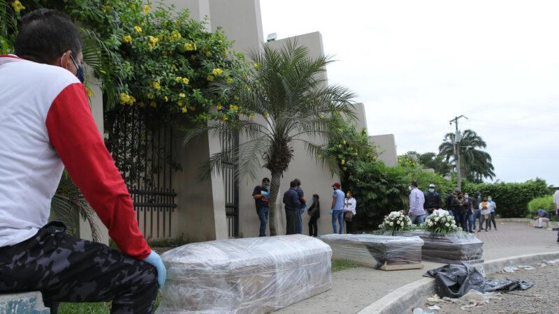 厄瓜多尔中共病毒死者激增 军警沿街清运遗体