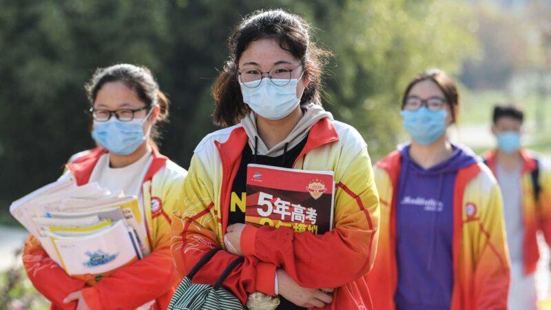 """传河南一学校""""团灭""""感染 当地死者家属上街游行"""