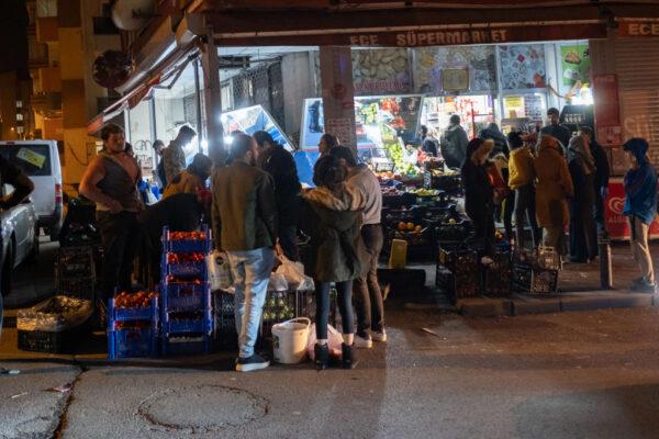 无预警宵禁引恐慌 土耳其民众为面包大打出手