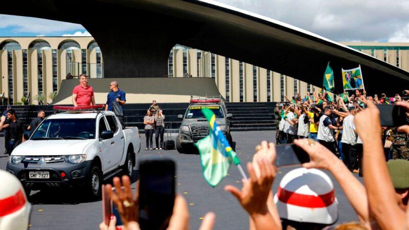抗议中共肺炎禁足令 巴西总统参与民众示威