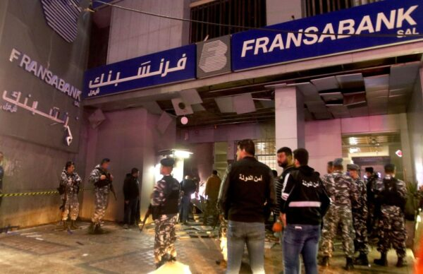 經濟危機再逢疫情 黎巴嫩群眾抗議攻擊銀行