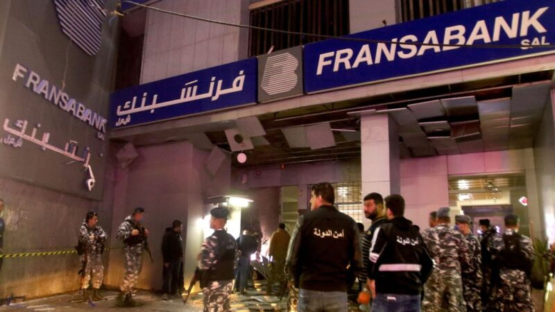 经济危机再逢疫情 黎巴嫩群众抗议攻击银行