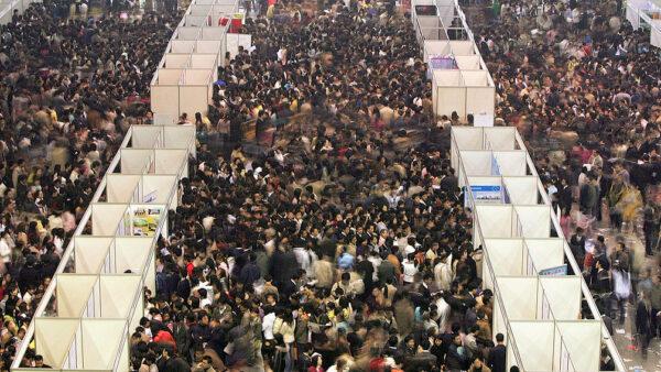 中國畢業生就業大跌三成 專家警告糧荒逼近