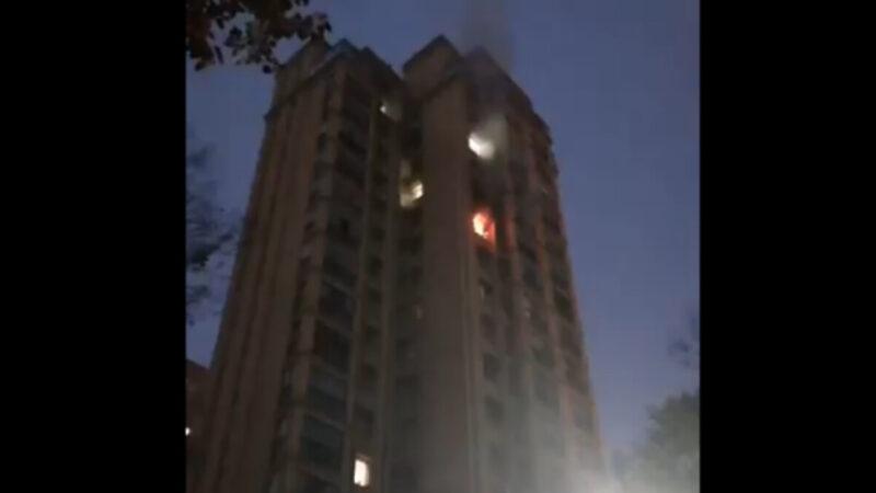 武汉高楼有人纵火跳楼 3小时无人收尸(视频)
