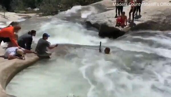 低估水流湍急 休假警与路人合力救落水男