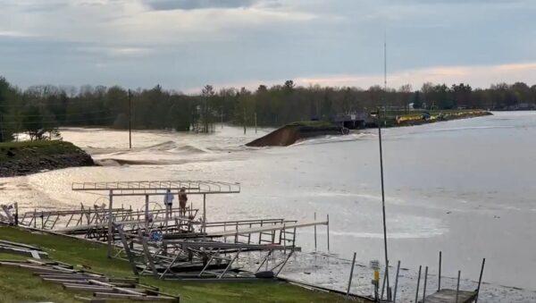 美国密州两水坝溃决 下游发暴洪紧急状态