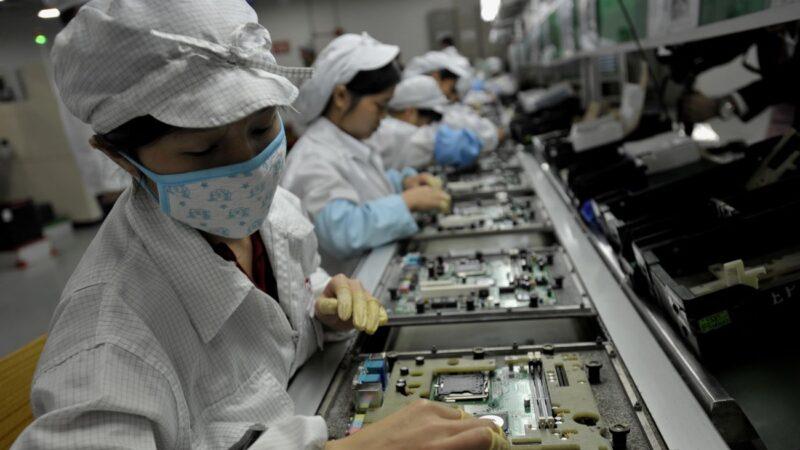 """疫情冲击苹果订单 富士康员工被""""自愿""""休长假、离职"""